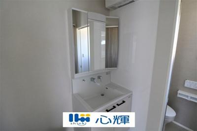 大きくて見やすく清潔感ある洗面台。収納も多く、コスメ等もスッキリと仕舞えます。