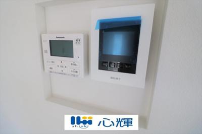 給湯器リモコンとTVモニター付きインターホンです。