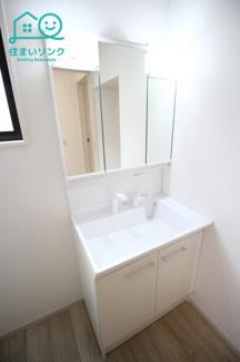 洗面化粧台は収納力が高い三面鏡タイプです。 鏡の後ろが収納になっているので洗面台がスッキリ!