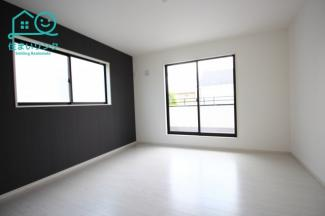 8帖の主寝室。 南西、南東の2面採光で明るいお部屋です。