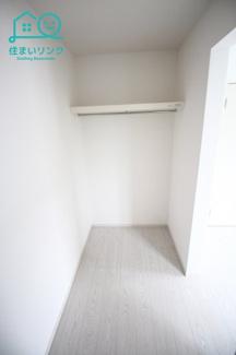 2階6帖洋室の収納スペースです。 大容量のウォークインクローゼットです。