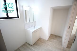 洗面所には階段下スペースを利用した収納があります。