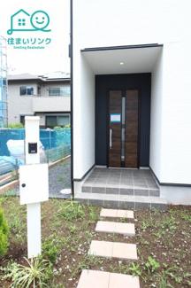 玄関前にはポストとインターホン付きの門柱が有ります。