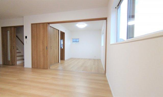 洋室。収納スペースもしっかり完備されています♪全居室LED照明・カーテン付いてきます♪