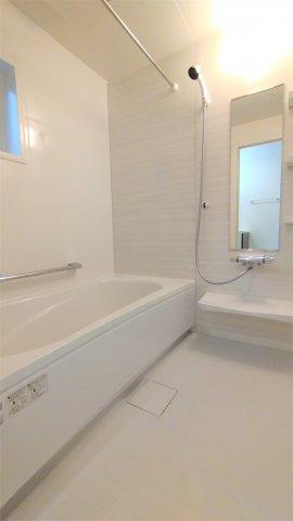 1616システムバス。汚れにくく滑りにくい設計なので安心。ベンチ付浴槽でゆったり半身浴も楽しめます♪