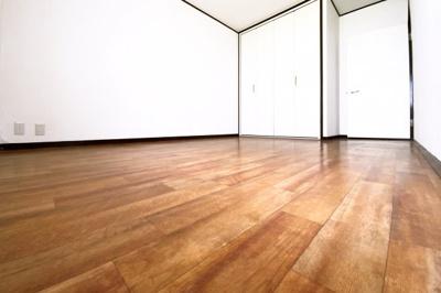 《洋室6.3帖》洋室は2部屋ございます。こちらのお部屋にはクローゼットもあります。