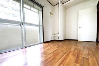 《洋室4.3帖》バルコニーのある洋室です。バルコニーが南側の部屋と北側の部屋2ヶ所にあります。