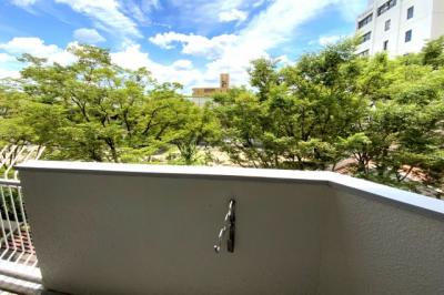 LDKや居室の窓から、緑の木々や青い空が眺められます。気持ちの良い風が吹き抜ける素敵な暮らしが可能です。
