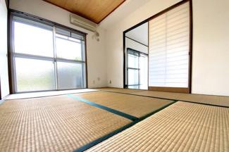 《和室6帖》LDK続きの和室からもバルコニーに出られます。南側で明るい室内です。