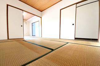 《和室6帖》どちらの和室も押し入れはしっかり完備されています。北側の和室は廊下側にも扉があります。