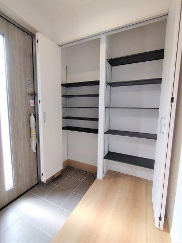 クローゼットの扉が無いので自然と片付けの意識が高まります。家具の配置がしやすいのが魅力です♪
