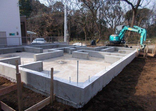 基礎パッキン。土台と基礎を絶縁し湿気を効率良く排出。半永久的な物性品質、優れた耐久性を発揮。