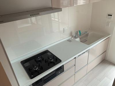 洗いやすいシンクが魅力的な3口コンロのキッチンです。
