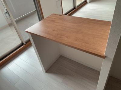 キッチンの後ろ部分位テーブルがございます。キッチンにしても、ダイニングにしてもいいですね。