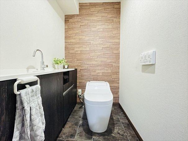 トイレもスタイリッシュな空間です。タンクレスのトイレはお手入れがとても楽なんです♪