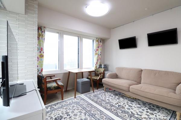 【居間・リビング】白い壁紙を基調としたリビングは清潔感があり、素敵な家具がお部屋全体をより明るく、温かみのある空間にしています。