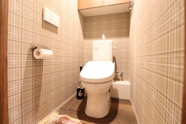 【トイレ】セフィオンテクト加工で汚れが付きにくく落ちやすい便器を採用。吊戸棚もあり収納性にも優れています。