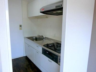 【現地写真】 三口コンロで、お料理の効率もアップ♪使い勝手の良さを考えました。受け皿のないフラット天板で、お手入れもラクラク♪