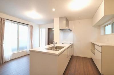 カップボード・パントリーを備えた収納豊富なキッチンスペース♪キッチンは浄水機能・食洗機付きです。