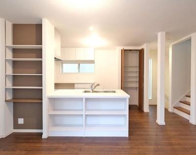 キッチン前面の棚は見せる収納として活用いただけます。お気に入りの小物を並べて素敵なスペースに♪