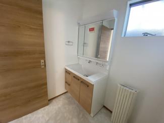 千葉市若葉区若松町 新築一戸建て 都賀駅 白を基調とした清潔感のある独立洗面台です。
