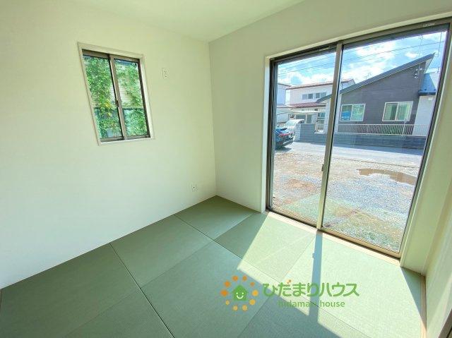 18帖のLDKは大きな窓で明るく開放的な空間です。