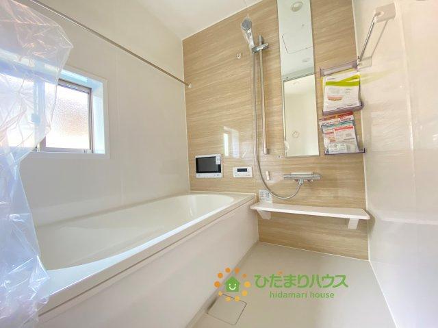 3面鏡とシャワー付きの洗面台で朝の準備も捗ります。。