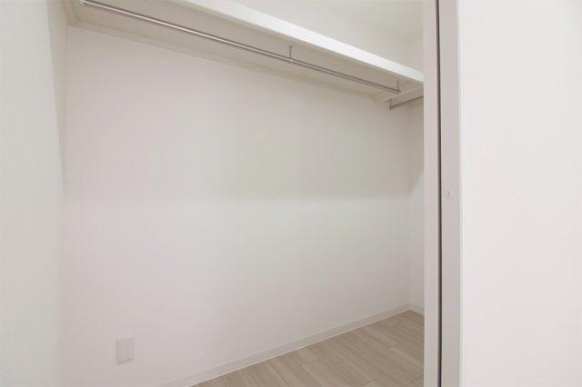 【現地写真】 大容量のウォークインクローゼットあり♪ お部屋がスッキリします♪