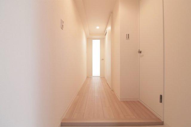 【現地写真】 玄関を開けると、明るい日が差し込むリビングへと誘う廊下♪