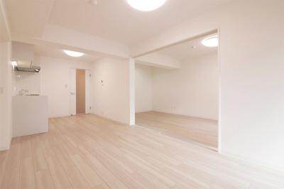 【現地写真】 一日の中で多くの時間を過すことになる住まいだからこそ、いつも穏やかな空間であることが必然♪白を基調としたシンプルなデザイン♪
