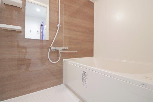 【現地写真】 一日の疲れを癒すための心地よいバスタイムを演出する浴室はゆとりあるサイズを採用♪