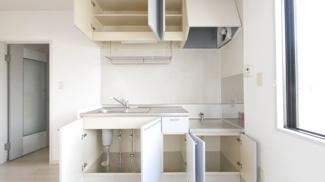 上にも下にも収納があるのでキッチンも片付きます。