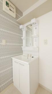 独立洗面台。鏡の両サイドに棚があるので歯ブラシや化粧品も置けますね。
