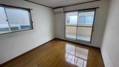 洋室2♪7帖ございます。バルコニーとは別に、窓付きで陽当たり良好です。
