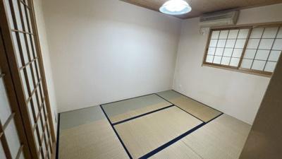 窓付きで和室6帖です。