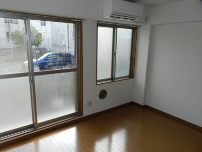 窓の多い洋室!