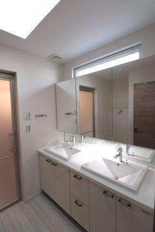 奥行きのあるトイレ。タンクレス型で独立手洗い付き。