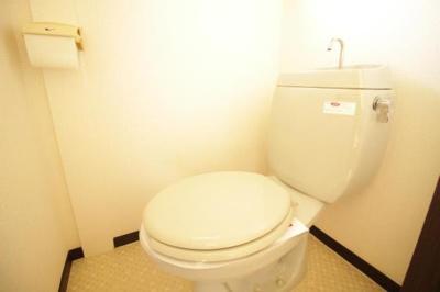 トイレにも小窓が付いている為ご覧の明るさ