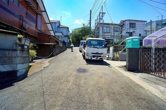 前面道路は広々の約6メートルです! 閑静な住宅地でのびのびとした子育て♪