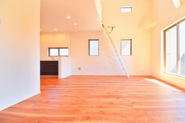 明るいリビングは、家族が集まる大事な空間! 形もよく家具の配置にも困りません。