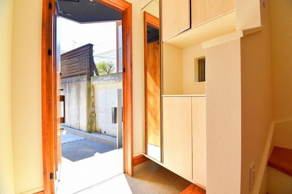 明るい玄関は収納も豊富です! 清潔感ある玄関。 この玄関は帰りたくなりますね!