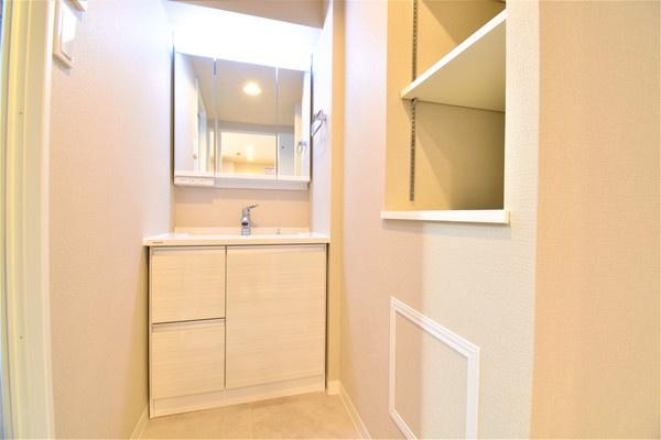 お化粧もしやすい三面鏡付き独立洗面台! 収納もしっかりあり、洗剤などもしまっておけます。