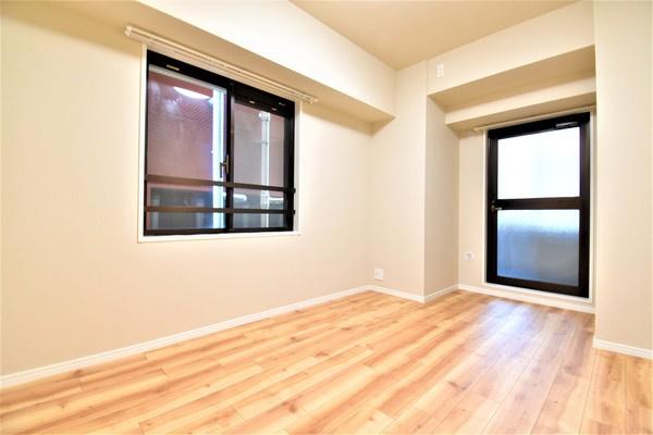 角部屋の特権!二面採光の明るい洋室です。 寝室にしてもよし!勉強部屋にしてもよしの洋室。 落ち着きのある空間♪