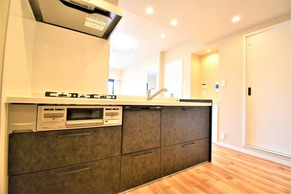 充実の設備がついたお洒落なキッチン! 食洗器付きなのは家事の負担を軽減してくれる嬉しいポイント 品のキッチンは気持ちが良いですね!
