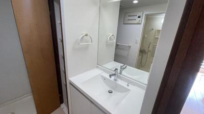 大きな鏡のついた、朝の支度で使いやすい独立洗面台です。