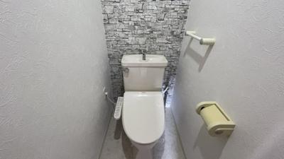 コンパクトで使いやすいトイレです。アクセントクロスがおしゃれです。