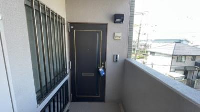 玄関扉です。角部屋の物件です。