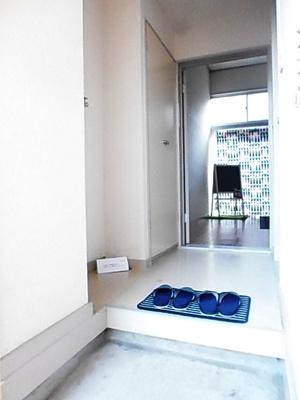 玄関から室内への景観です!右手にバスルーム、左手に室内洗濯機置き場、奥に洋室6帖のお部屋があります♪