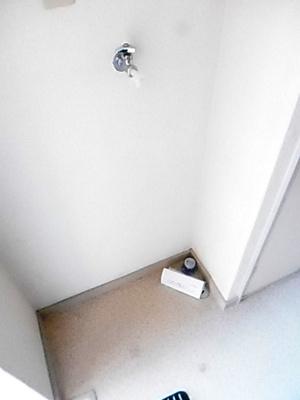 玄関横にある室内洗濯機置き場です♪室内に置けるので洗濯機が傷みにくい☆