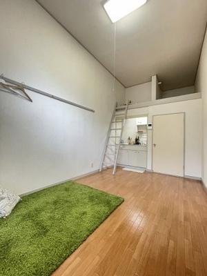 ロフトスペースのある洋室6帖のお部屋です!ロフトスペースは荷物が多い方でも安心の収納力!お部屋がすっきり片付きますね♪